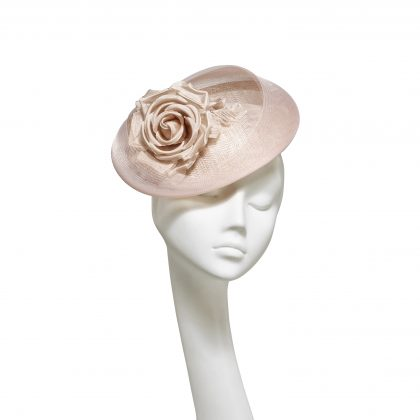 Nerida Fraiman - Nude pink siname straw classic wedding hat with crin detailing