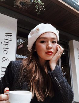 Nerida Fraiman - Chynara @chykapuka in white flower daisy beret